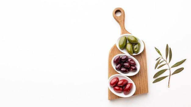 Olives rouges violettes vertes avec espace de copie