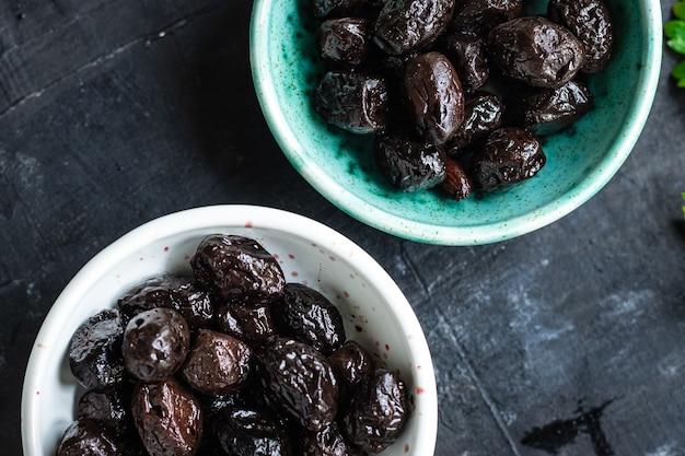 Olives séchées au soleil savoureuses olives fruits secs apéritif salade nourriture saine
