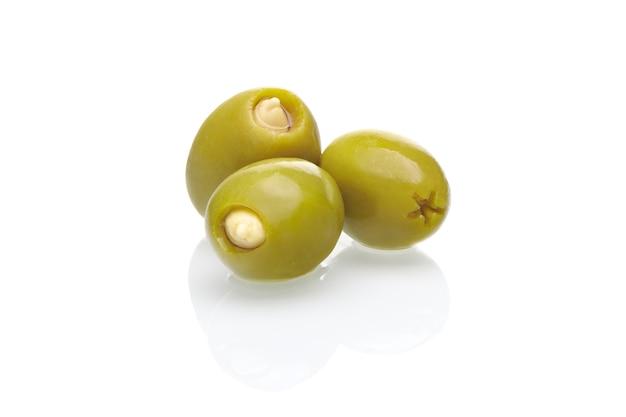 Olives vertes d'arbre farcies aux amandes isolées sur fond blanc. concept d'alimentation saine.