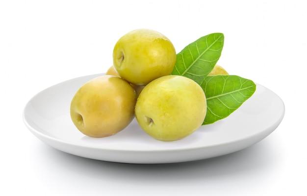 Olives vertes dans une assiette isolée