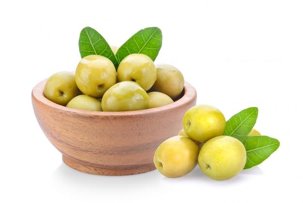Olives vertes dans un bol en bois