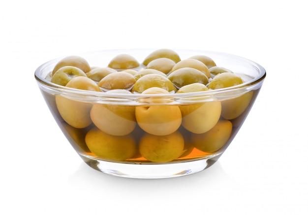 Olives vertes dans un bol sur un espace blanc