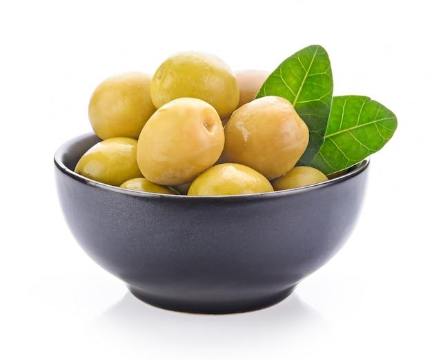 Olives vertes dans un bol
