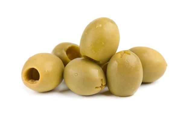 Olives vertes dénoyautées et marinées, isolées sur un espace blanc.