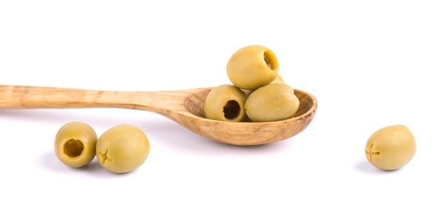 Olives vertes dénoyautées et marinées, isolées