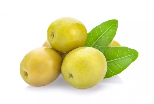 Olives vertes sur fond blanc