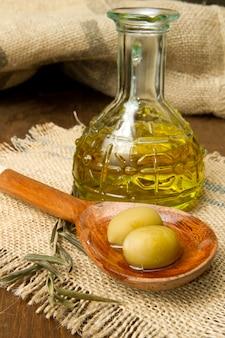 Olives vertes fraîches sur la cuillère et l'huile