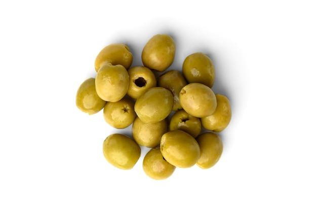 Olives vertes isolées sur fond blanc.