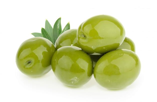 Olives vertes isolées sur fond blanc