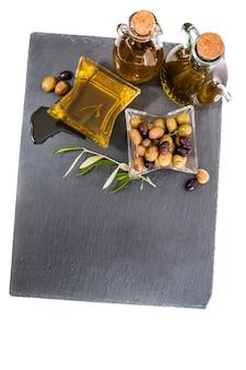 Olives vertes et noires avec des bouteilles d'huile d'olive