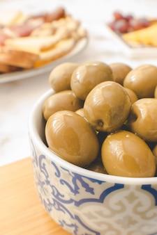 Olives vertes servies dans un bol pour un brunch