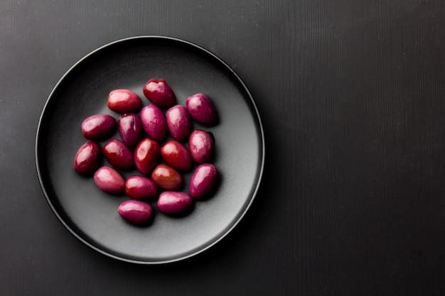 Olives violettes sur plaque noire