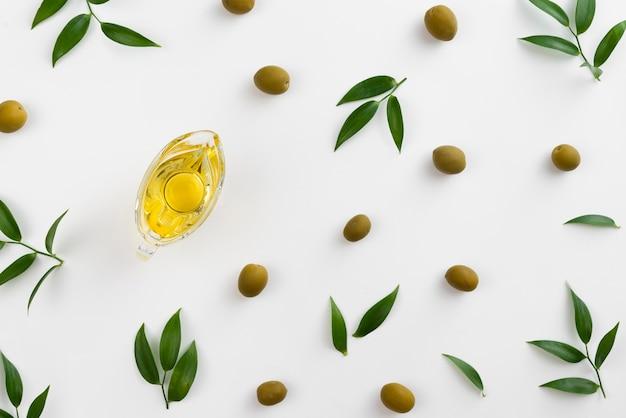 Olives et vit sur la table avec de l'huile dans une tasse