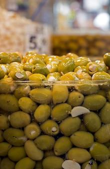 Olives en vrac sur pot en verre