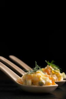 Olivie de salade russe traditionnelle avec des légumes bouillis