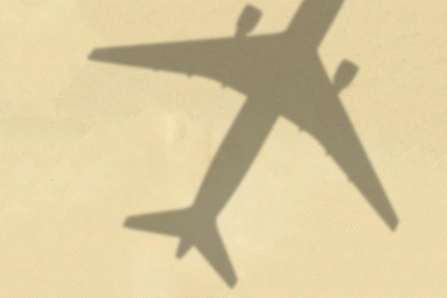 Une ombre abstraite d'avion volant dans le concept de vacances de voyage de ciel