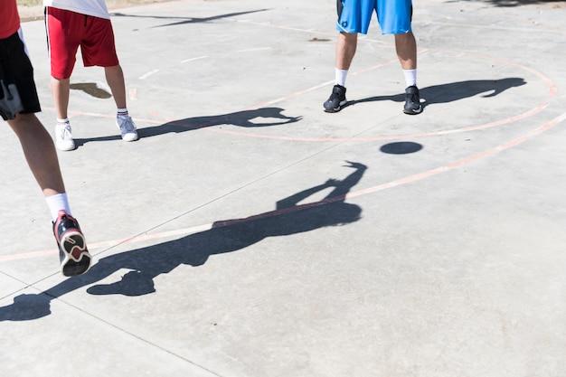 Ombre de basketteur sur un terrain extérieur