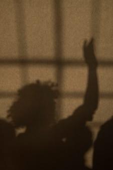 Ombre d'une femme levant le bras