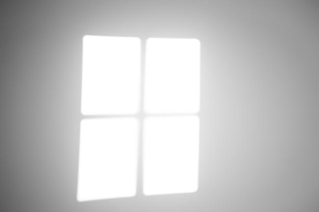 L'ombre de la fenêtre sur un mur blanc par temps ensoleillé avec une lumière vive. effet de superposition d'ombre pour la photo.