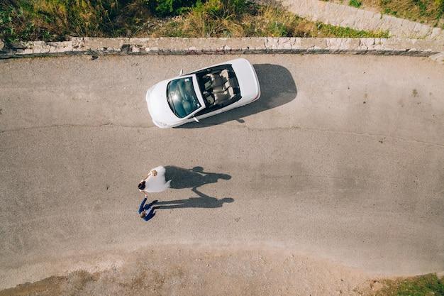 L'ombre des jeunes mariés sur l'asphalte près du concert de mariage