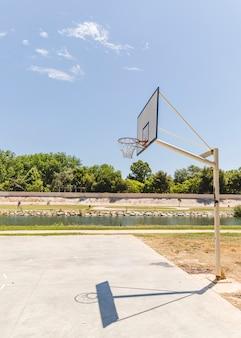 Ombre d'un panier de basket vide à l'extérieur de la cour