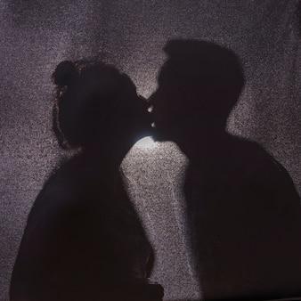 Ombres du joli couple s'embrassant
