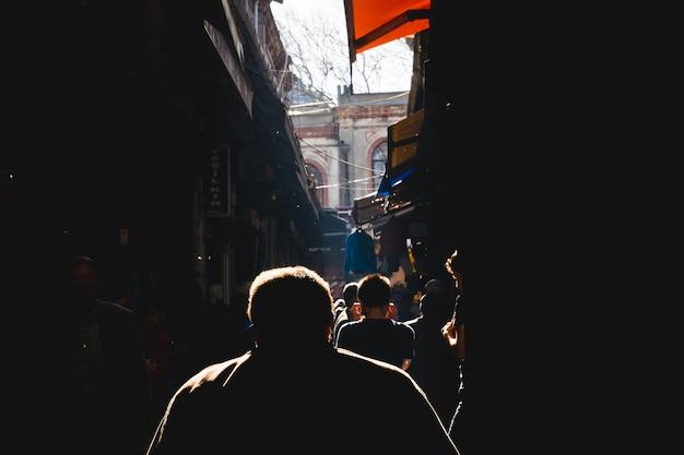 Ombres des gens contre la lumière