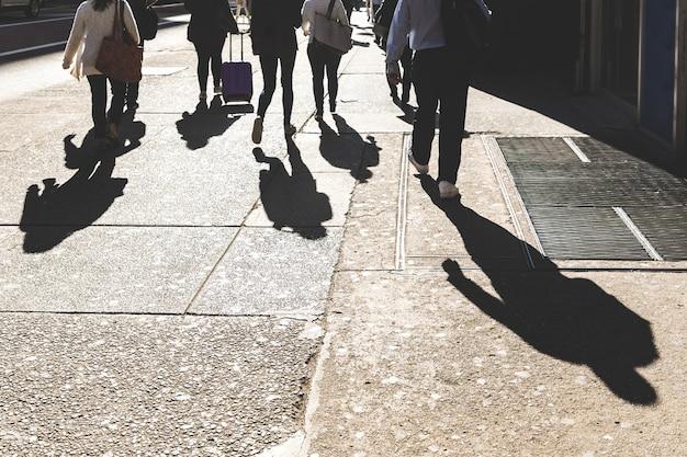 Ombres de gens marchant à new york sur la 5ème avenue
