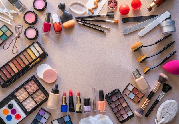 Ombres à paupières maquillage rouge à lèvres cosmétiques