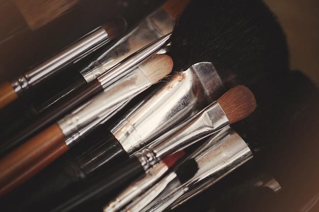 Ombres à paupières multicolores avec pinceau de maquillage