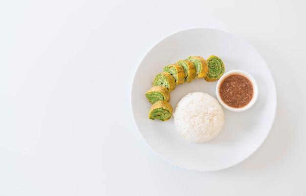 Omelette à l'acacia pennata à la pâte de chili