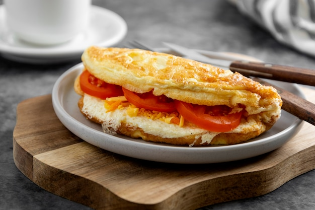 Omelette au fromage et aux tomates. omelette maison saine pour le petit déjeuner.