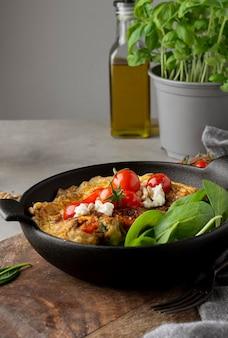 Omelette au fromage et tomates vue de face