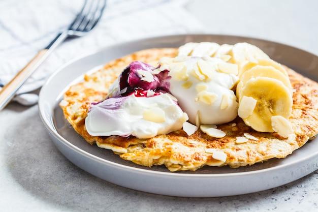 Omelette au gruau, à la banane et au yaourt,
