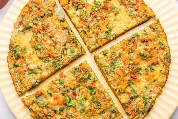 L'omelette au pain est un petit-déjeuner indien rapide et facile. tranches de pain frais trempées dans une pâte aux œufs avec des épices et frites peu profondes. servi avec ketchup et thé