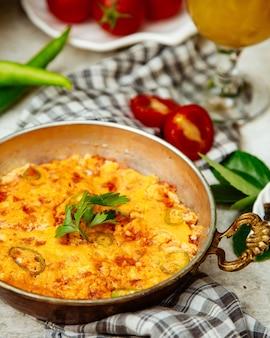 Omelette au poivron vert et aux herbes