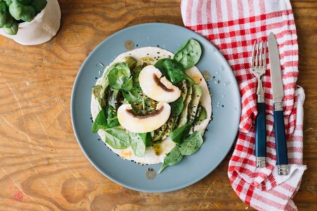 Omelette aux champignons pour le repas du matin