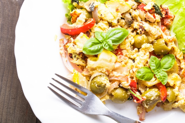 Omelette Aux Légumes Et Bacon Sur L'assiette Photo Premium