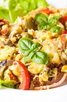 Omelette aux légumes et bacon sur l'assiette