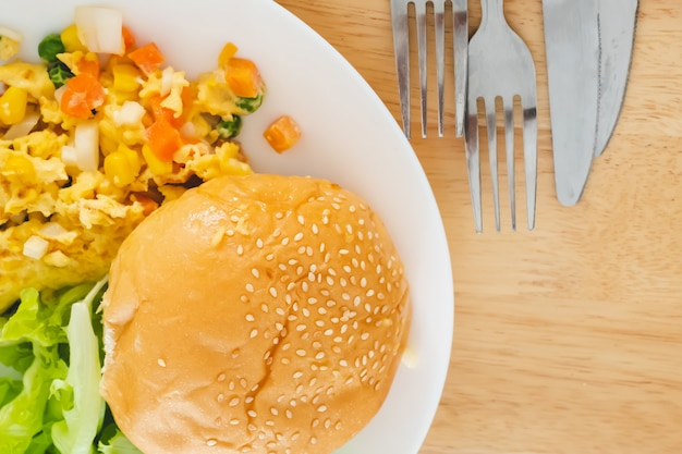 Omelette burger salade servie