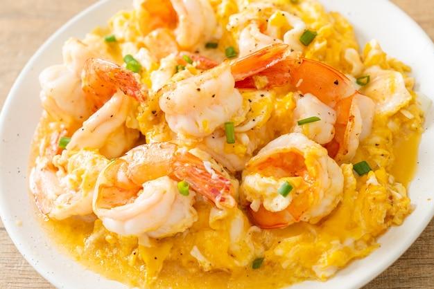 Omelette crémeuse maison aux crevettes ou œufs brouillés et crevettes