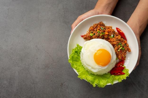 Omelette croustillante garnie de porc haché et sauce aux légumes mélangés