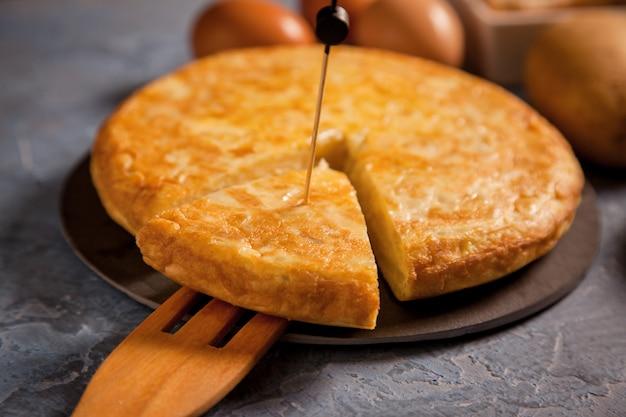 Omelette espagnole aux pommes de terre et à l'œuf
