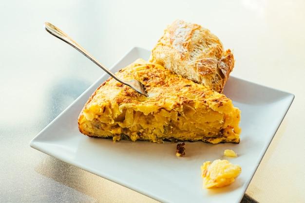 Omelette espagnole aux pommes de terre et à l'oignon, cuisine espagnole typique.