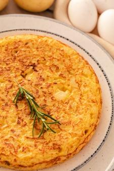 Omelette espagnole aux pommes de terre et oignons, cuisine typiquement espagnole.
