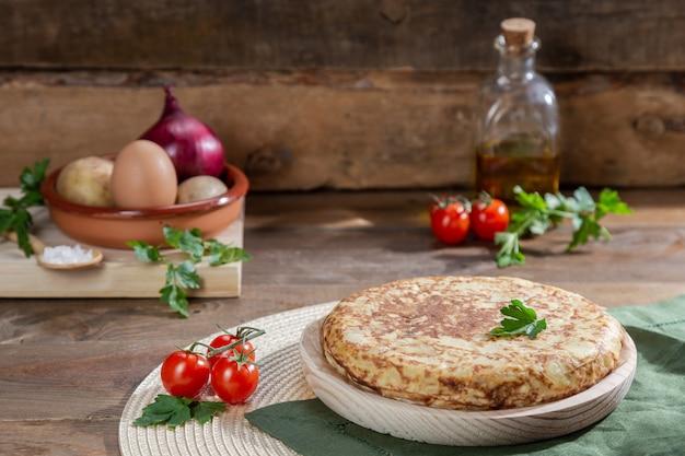 Omelette espagnole traditionnelle sur une table en bois