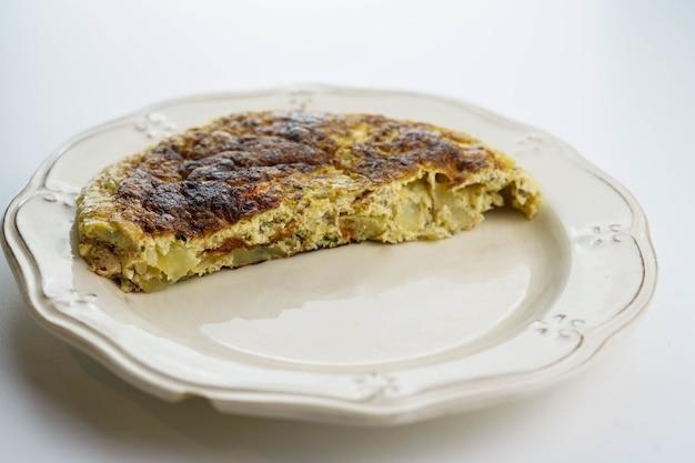 Omelette espagnole typique de pomme de terre avec l'oignon