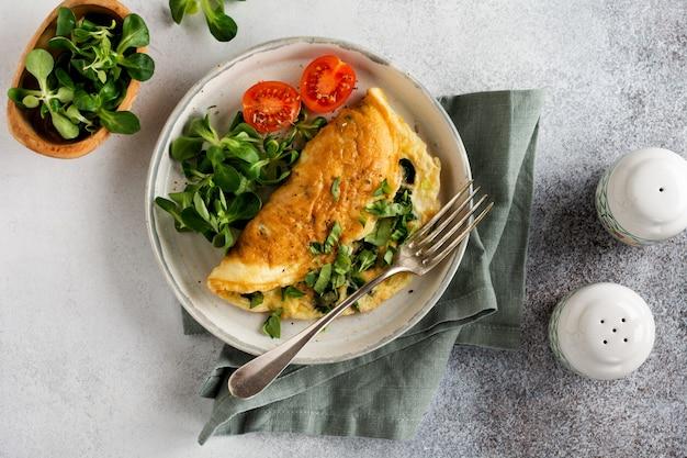 Omelette farcie aux tomates, poivrons rouges, fromage à la crème et maïs