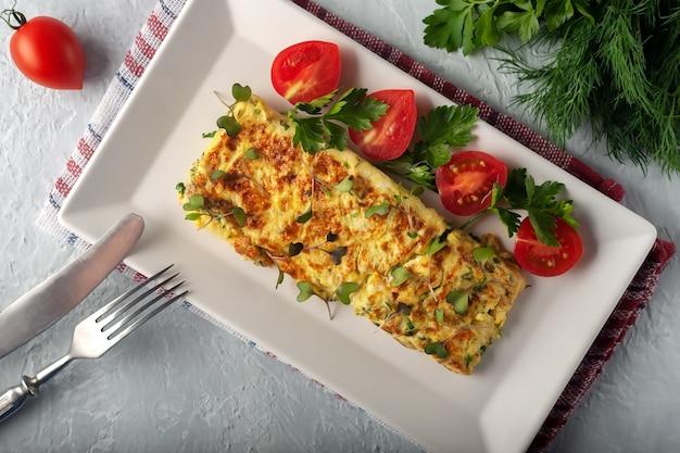 Omelette française fraîche avec la nourriture végétarienne de légumes frais