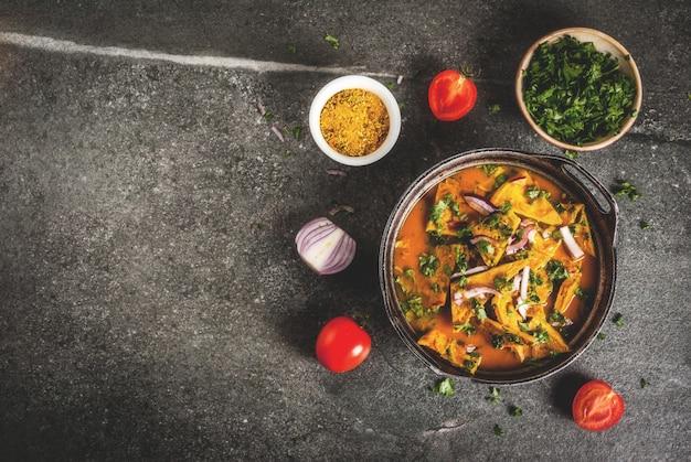 Omelette indienne aux œufs, curry et légumes frais